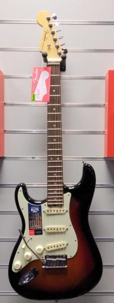 Die Fender American Elite Strat in der Farbe 3-Tone-Sunburst für Linkshänder